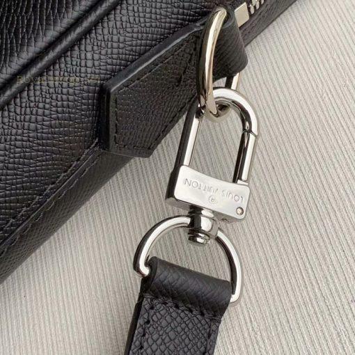 Tên thương hiệu được khắc lên móc qoai dây đeo rõ nét