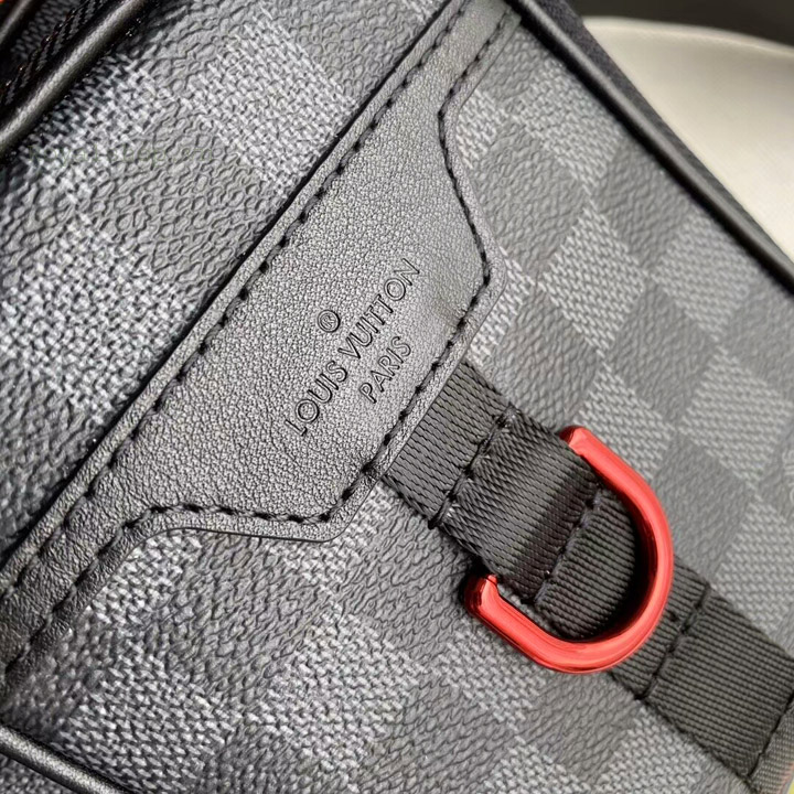 Tên thương hiệu Louis Vuitton được khắc lên da túi sắc nét