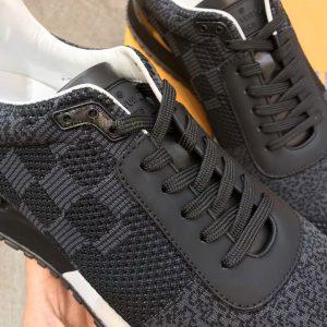 Các chi tiết trên giày được làm hoàn chỉnh và tinh xảo