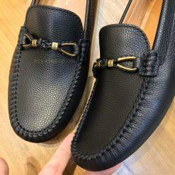 Giày sử dụng thắt nơ kim loại