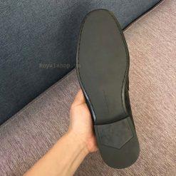 Đế giày được làm bằng cao su đúc