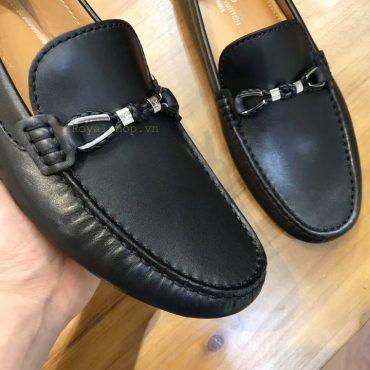 Giày nam thắt nơ kim loại có khắc chữ LV rõ nét