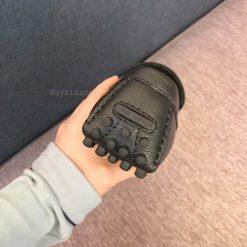 Gót giày được dập chìm tên thương hiệu Louis Vuitton gọn gàng