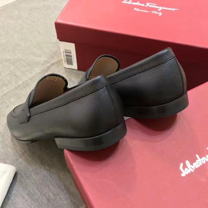 Gót giày nam được làm gọn gàng