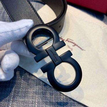 Mặt khóa được khắc tên thương hiệu Ferragamo