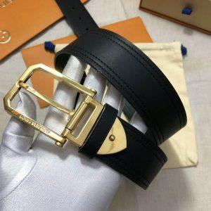 Mặt khóa thắt lưng được khắc tên thương hiệu rõ nét