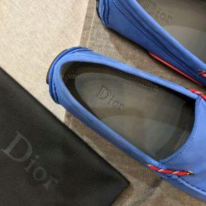 Miếng lót giày được dập chìm tên thương hiệu Dior