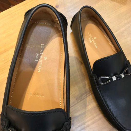 Miếng lót giày được in tên thương hiệu Louis Vuitton