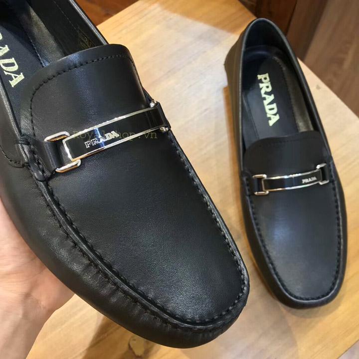 Mũi giày và mặt khóa ấn tượng của Prada