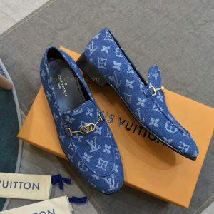 Phom giày được làm hoàn chỉnh tỉ mỉ từng chi tiết nhỏ