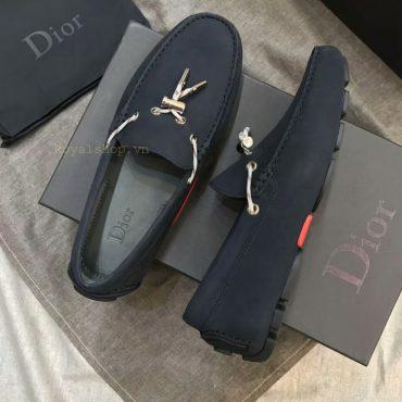 Phom giày được làm hoàn thiện tỉ mỉ từng chi tiết
