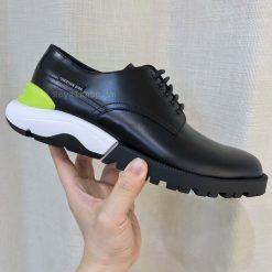 Phom giày được làm hoàn thiện tỉ mỉ từng chi tiết nhỏ