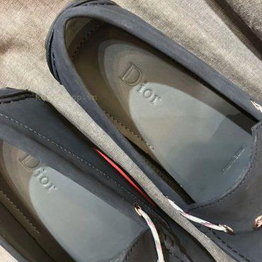 Tên thương hiệu Dior được dập chìm trên miếng lót giày