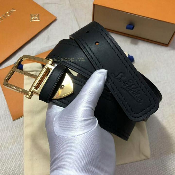Tên thương hiệu Louis Vuitton được dập chìm trên dây lưng đẹp mắt