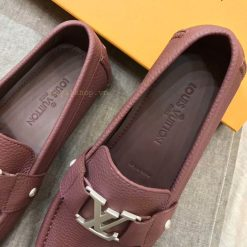 Tên thương hiệu được dập chìm trên miếng lót giày