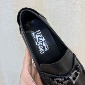 Trên lót giày được in tên thương hiệu Salvatore Ferrgamo