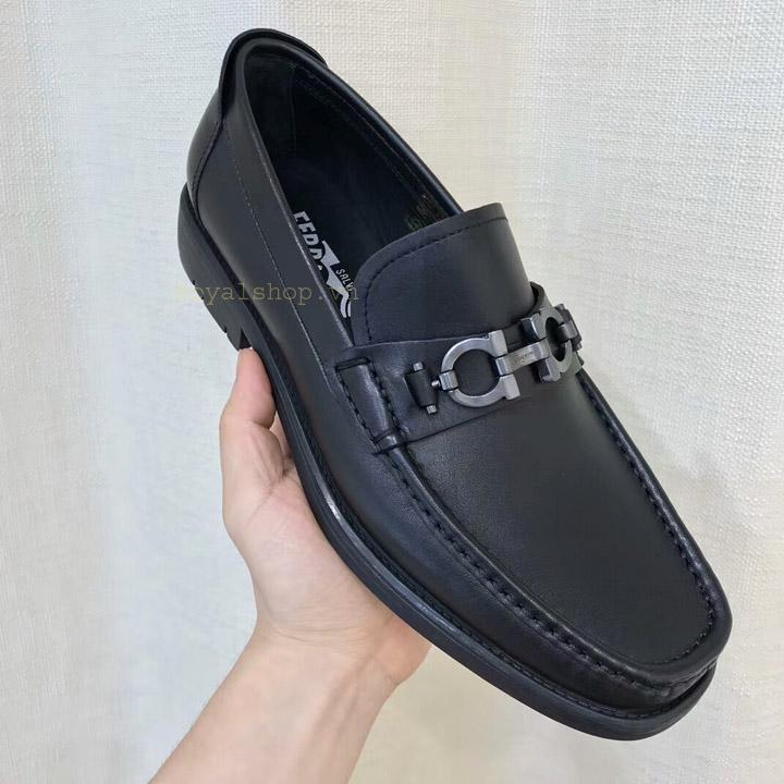 Trên tay giày nam Salvatore Ferragamo công sở 8121