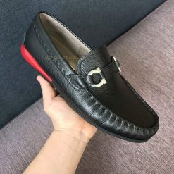 Trên tay giày nam Ferragamo siêu cấp FEGN8128