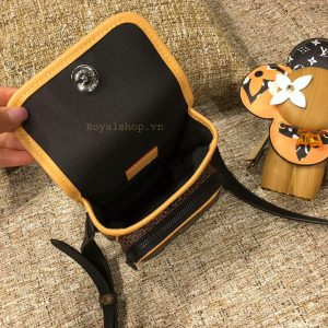 Chi tiết bên trong túi Louis Vuitton nam 8838