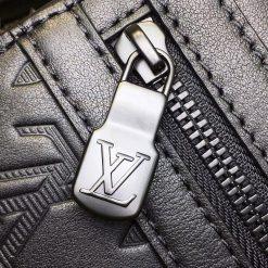 Chữ LV được khắc nổi lên mặt khóa kéo