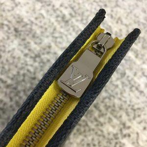 Chữ LV được khắc nổi trên mặt khóa kéo