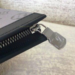 Chữ LV được chạm nổi trên mặt khóa kéo