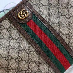 Mặt khóa kim loại và chi tiết sọc xanh đỏ của hãng Gucci