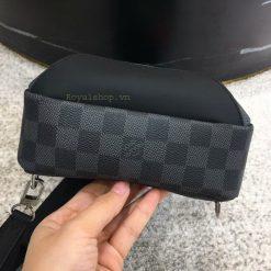 Phần đáy của túi LV nam đeo chéo