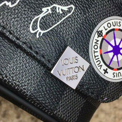 Tên thương hiệu Louis Vuitton Paris được khắc lên khóa đóng túi