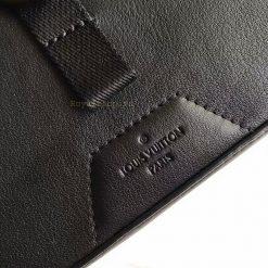 Tên thương hiệu Louis Vuitton Paris được khắc trên da ngoài túi