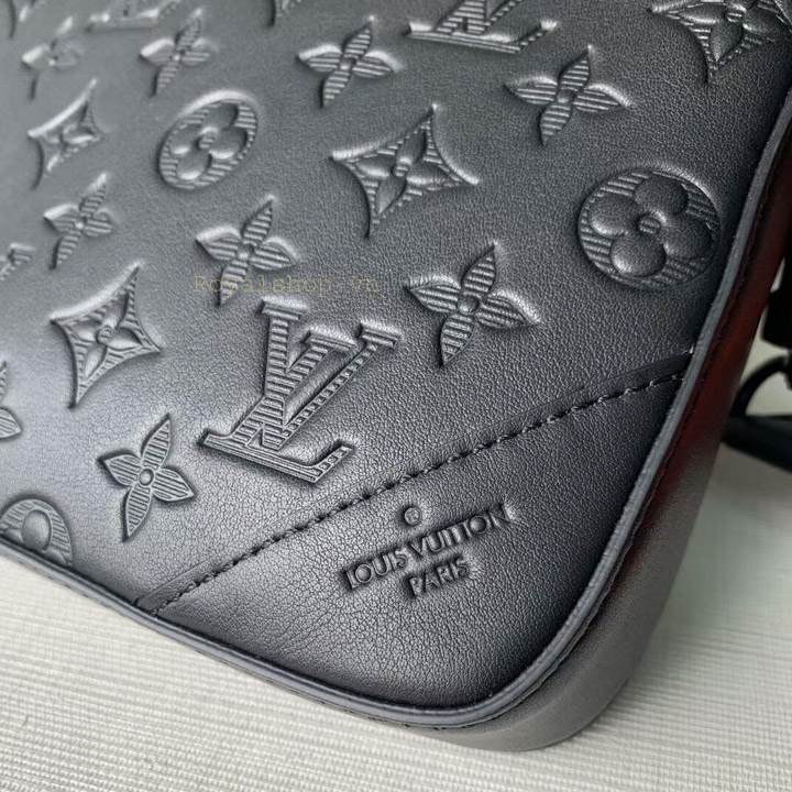 Tên thương hiệu Louis Vuitton được khắc gọn gàng trên da túi