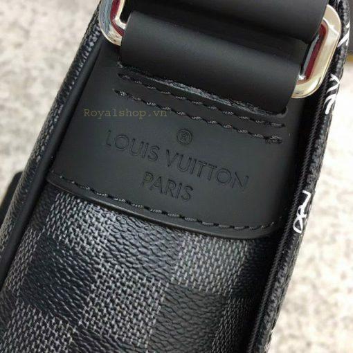 Tên thương hiệu dập chìm trên da cạnh bên của túi