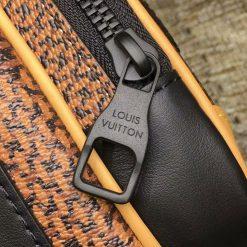 Tên thương hiệu được khắc lên mặt khóa kéo sắc nét