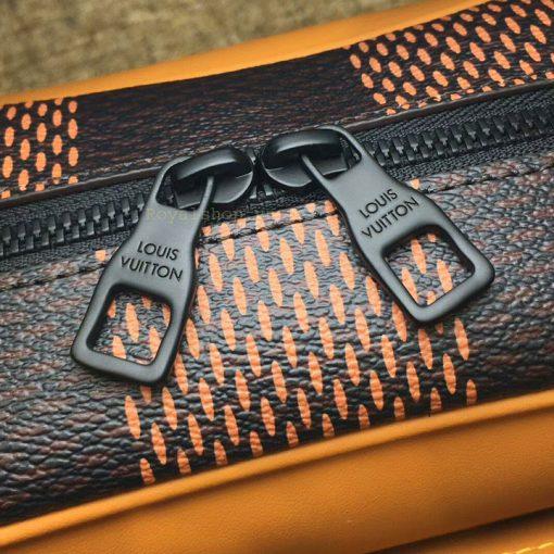 Tên thương hiệu được khắc lên mặt khóa kéo đôi sắc nét