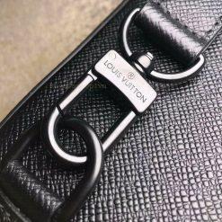Tên thương hiệu Louis Vuitton được khắc sắc nét trên móc qoai