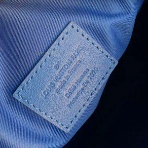 Thông tin và tên thương hiệu được khắc gọn gàng trên tem da trong túi