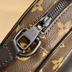 Tên thương hiệu Louis Vuitton Paris được khắc lên mặt khóa kéo rõ nét