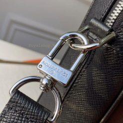 Tên thương hiệu Louis Vuitton khắc rõ nét trên móc qoai dây đeo