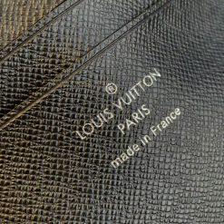 Tên thương hiệu và thông tin được in gọn gàng trên da bên trong túi