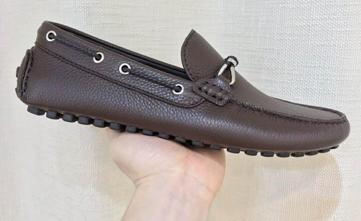 Một đôi giày lười LV nam fake