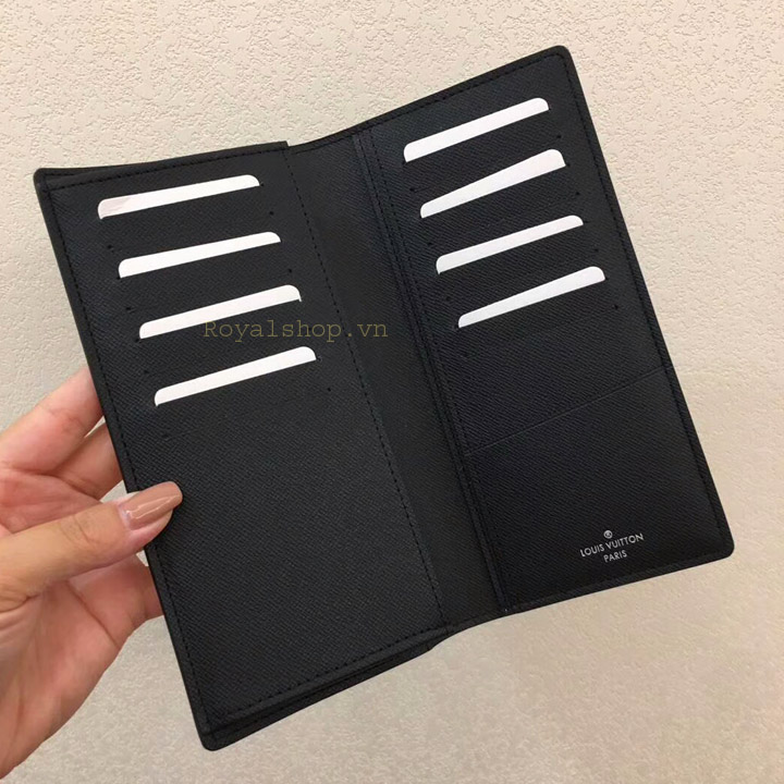 Bên trong ví và các khe cắm thẻ