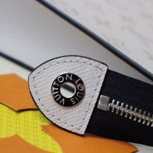 Câc chi tiết trên Clutch Lv cầm tay được làm hoàn chỉnh và tinh xảo