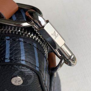 Chữ LV được khắc rõ nét trên móc qoai dây đeo