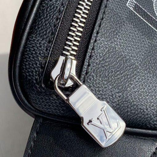 Chữ LV được khắc nổi lên mặt khóa kéo túi nam