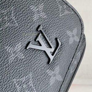 Chữ LV kim loại được gắn khéo léo len da túi