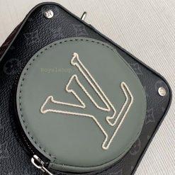Logo LV được thêu thủ công đều đặn và khéo léo