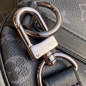 Móc qoai dây đeo được khắc tên thương hiệu Louis Vuitton rõ nét