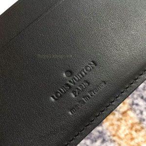 Phần chữ được dập chìm trên da ví ngắn nam