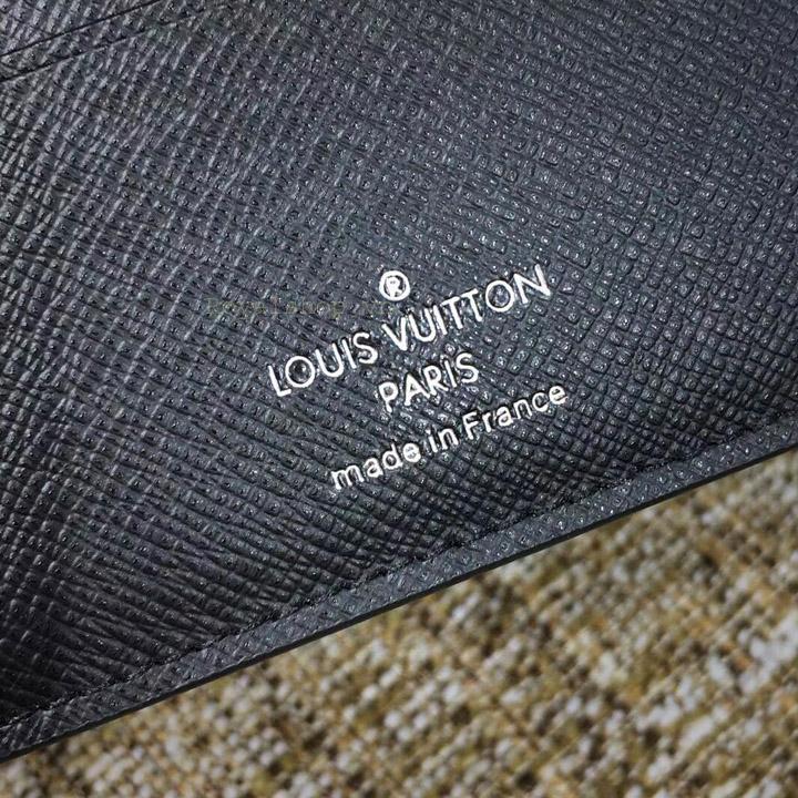 Phần chữ được in gọn gàng trên da ví ngắn 6010