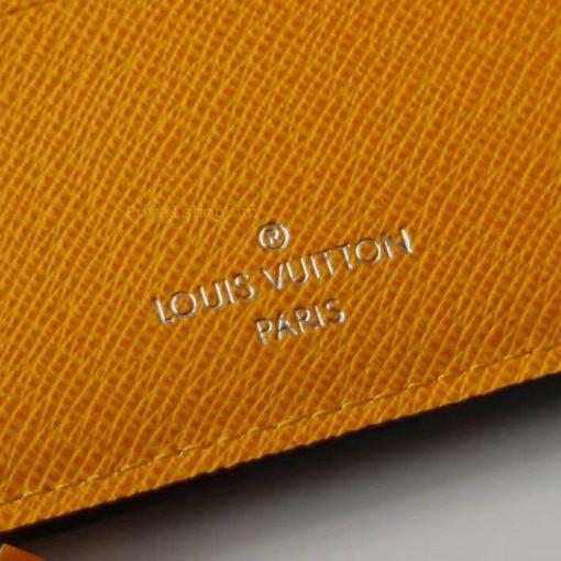 Tên thương hiệu Louis Vuitton Paris được khắc trên da gọn gàng